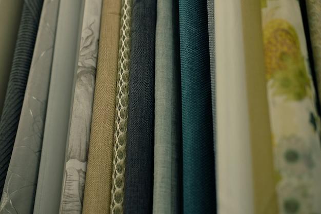 Venda - tecidos coloridos na loja. fechar-se Foto Premium