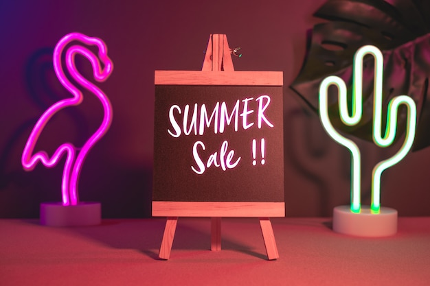Venda verão, ligado, quadro-negro, com, flamingo, e, cacto néon, luz rosa azul, ligado, tabela Foto Premium