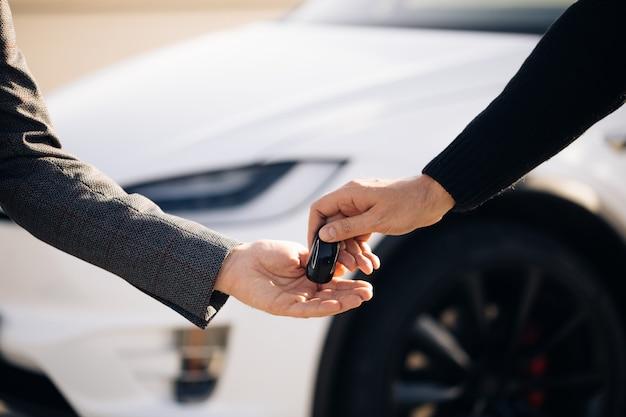 Vendedor de carros terminando a negociação de carros Foto Premium