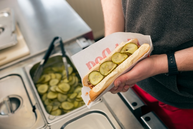 Vendedor, fazendo, cachorro-quente, em, rapidamente, alimento, barra lanchonete Foto Premium