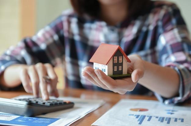Vendedor home que mantem uma casa modelo disponivel. Foto Premium