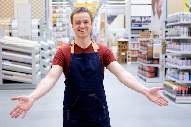 Vendedor recebe os clientes com sorriso na super loja de construção Foto Premium