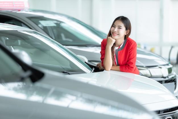 Vendedora asiática, auto negócio, venda do carro, gesto e conceito dos povos - mulher de negócios feliz. Foto Premium