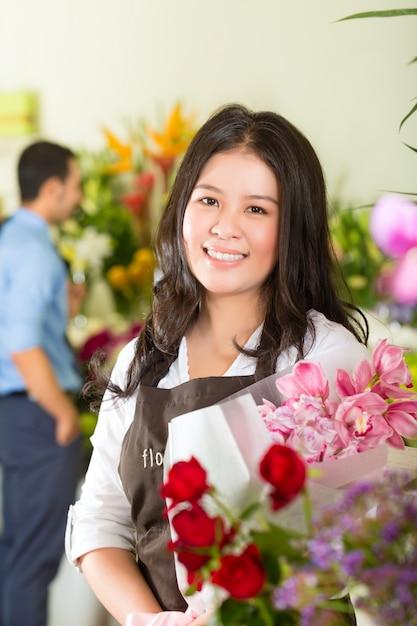 Vendedora e cliente na loja de flores Foto Premium