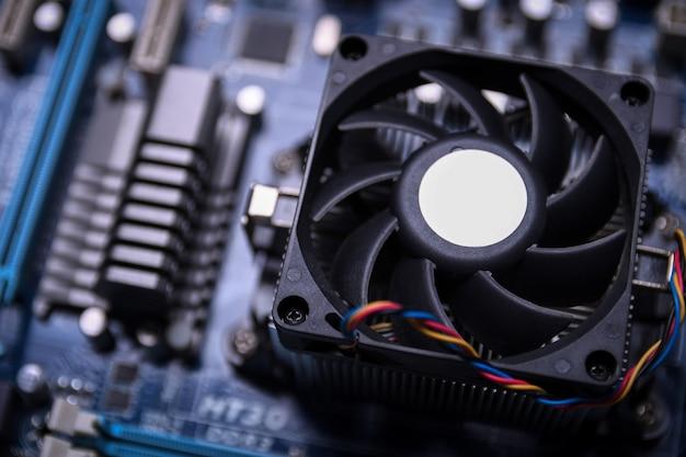 Ventilador de computador na placa-mãe e componentes eletrônicos Foto Premium