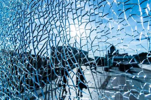 Ver através de vidro rachado em um dia ensolarado Foto Premium