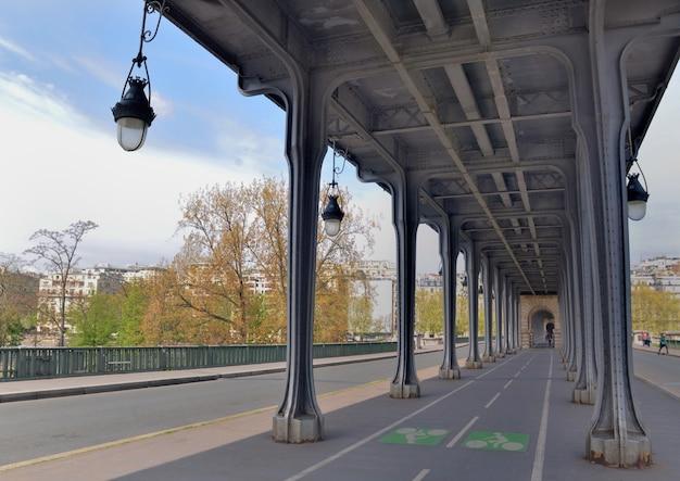 Ver os na ciclovia acima da ponte bir hakeim em paris Foto Premium