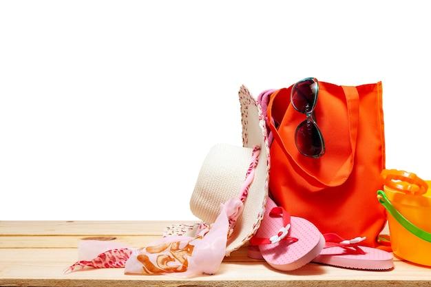 Verão de chapéu de praia e acessórios para férias no espaço branco cópia para o seu texto no verão e viajar com traçado de recorte Foto Premium