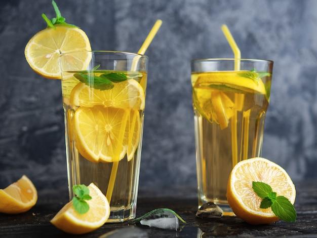 Verão frio caseiro mojito chá com hortelã e limão e gelo Foto Premium