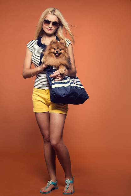 Verão. loira linda com cachorro Foto gratuita