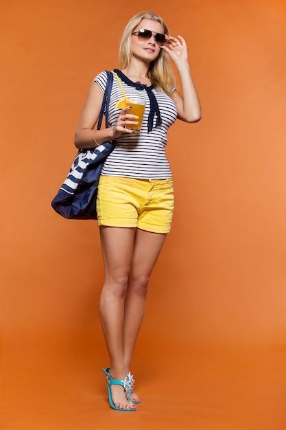 Verão. loira linda com suco Foto gratuita