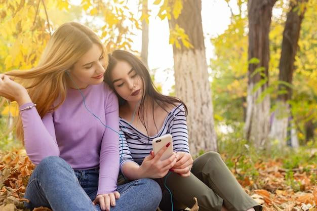 Verão outono férias, feriados, viagens e pessoas conceito - grupo de jovens mulheres no parque Foto Premium