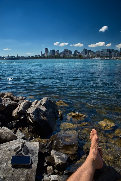Verão viagens turista menina apreciando a vista do velho horizonte do porto do parque de montreal, vivendo um estilo de vida feliz andando durante as férias do canadá. Foto Premium