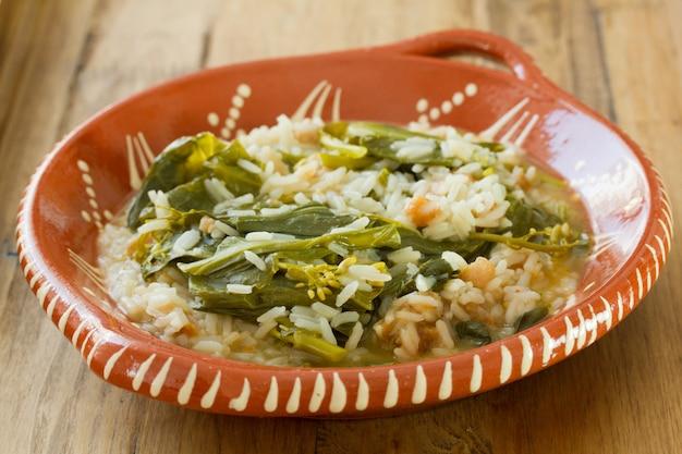 Verduras com linguiça defumada e arroz Foto Premium