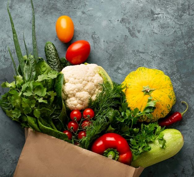 Verduras planas em fundo de estuque Foto gratuita