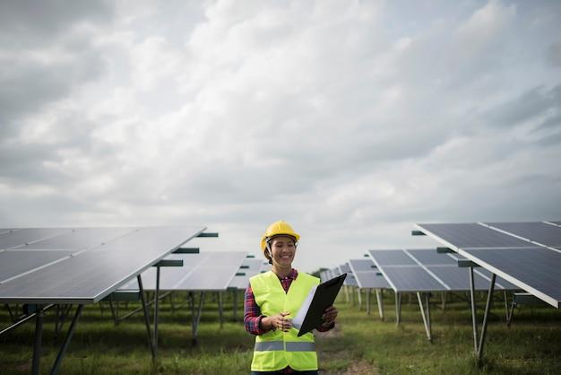 Verificação elétrica da mulher do coordenador e manutenção das células solares. Foto gratuita