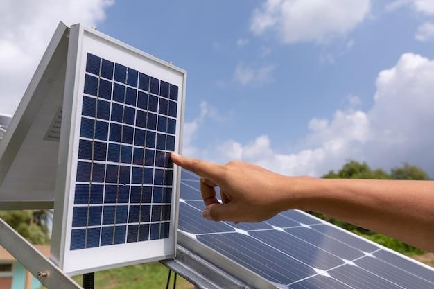Verificações de estação de painéis solares fotovoltaicos Foto gratuita