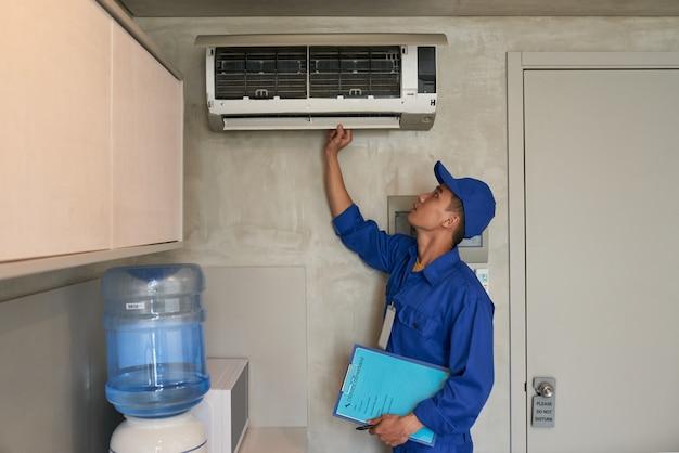 Verificando o condicionador Foto gratuita
