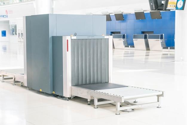 Verifique a bagagem no scanner de raio-x do aeroporto Foto gratuita