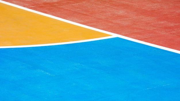 Vermelho, azul e amarelo quadra de basquete de concreto - close-up Foto Premium