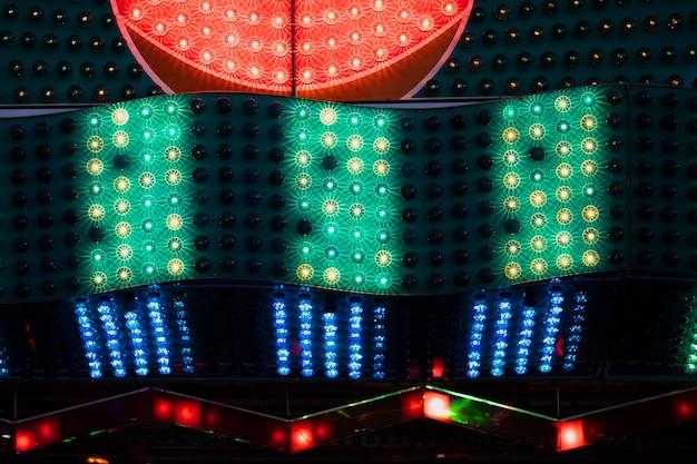 Vermelho com lâmpadas verdes e azuis em vista closeup Foto gratuita