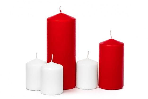 Vermelho e branco colorido velas de natal isoladas no branco Foto Premium