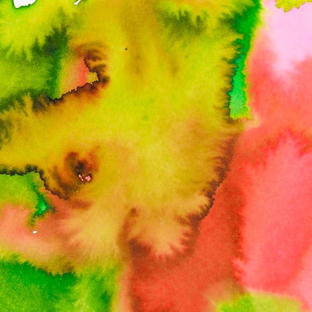 Vermelho vibrante; pano de fundo texturizado aquarela misturado amarelo e verde Foto gratuita
