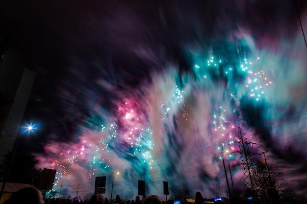 Vermelhos, verdes e azuis festivos fogos de artifício. festival internacional de fogos de artifício rostec Foto Premium