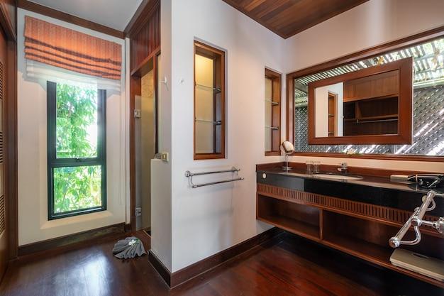 Vestiário com piso de madeira Foto Premium