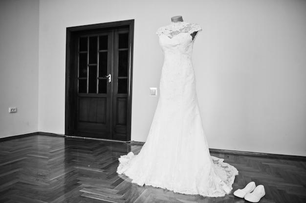 Vestido de casamento branco elegante na manhã da noiva. Foto Premium