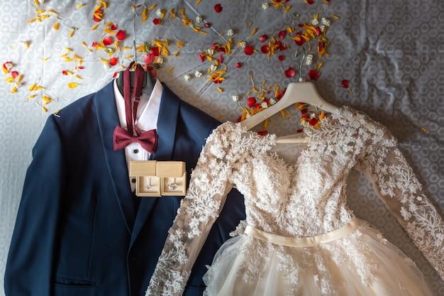 Vestido de noiva e noivo no dia da cerimônia de casamento Foto Premium