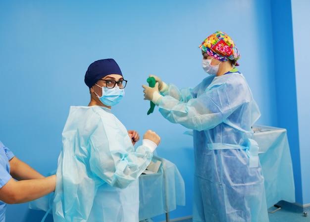 Vestidos de cirurgião antes da cirurgia Foto Premium