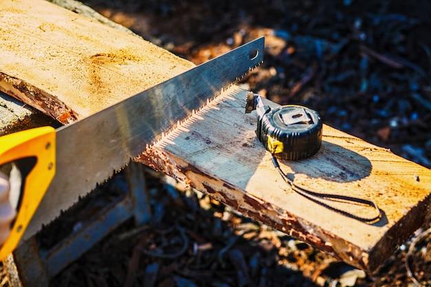 Vi com uma fita métrica de construção na placa de madeira. Foto Premium