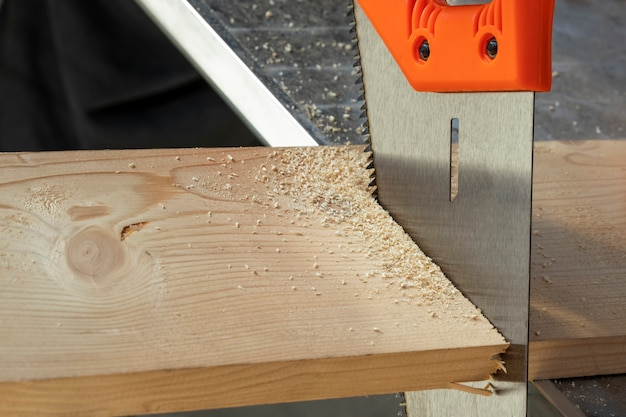 Vi cortar através de uma placa. oficina de madeira. Foto Premium