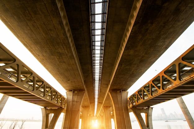 Via expressa elevada. a curva da ponte de suspensão, tailândia. Foto Premium