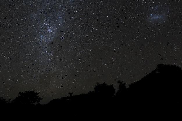Via láctea e céu estrelado sobre as montanhas na ilha de bali. Foto Premium