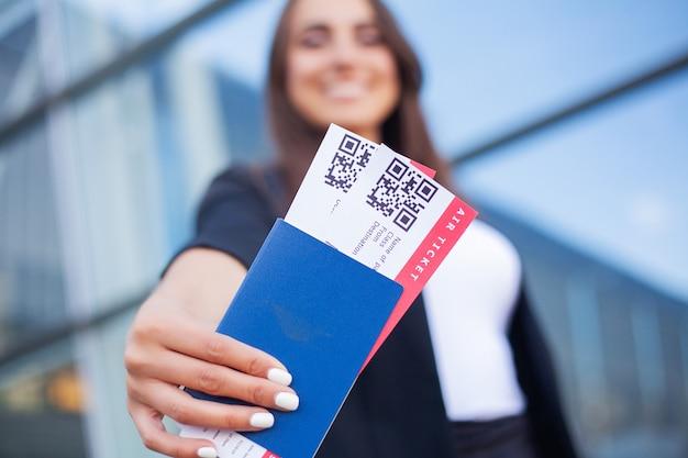 Viagem. closeup, de, menina, segurando, passaportes, e, embarque, passagem, em, aeroporto Foto Premium