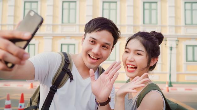 Viagem de casal de blogueiro asiáticos em bangkok, tailândia Foto gratuita
