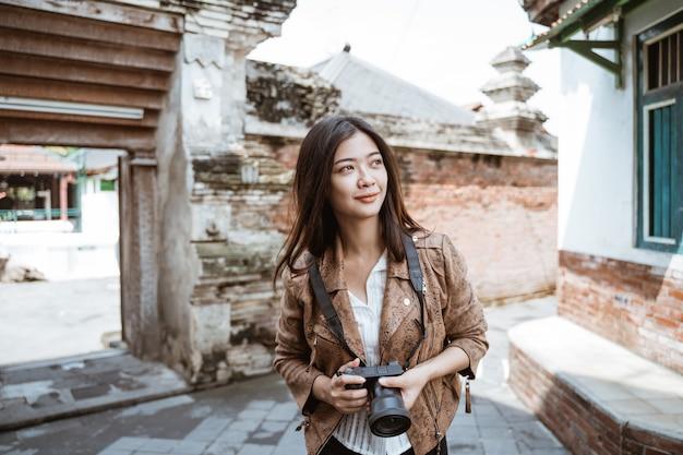 Viagem de mulher fazendo foto Foto Premium