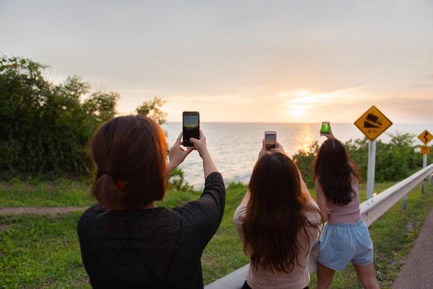 Viagem e liberdade, as mulheres asiáticas tiram uma foto Foto Premium