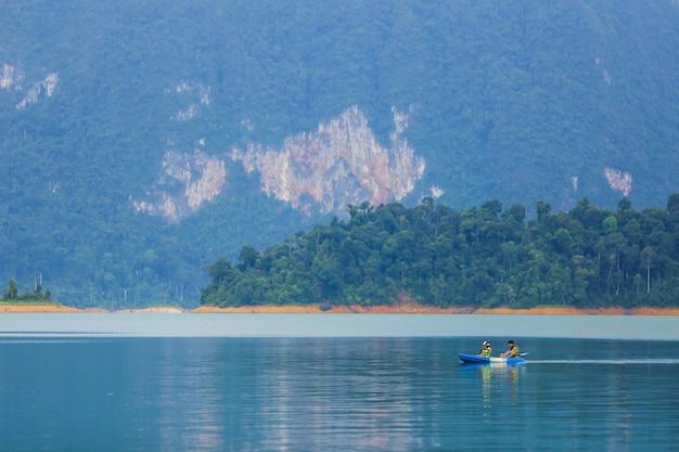 Viagem e lua de mel caiaque e canoagem com o amante. vista montanha Foto Premium