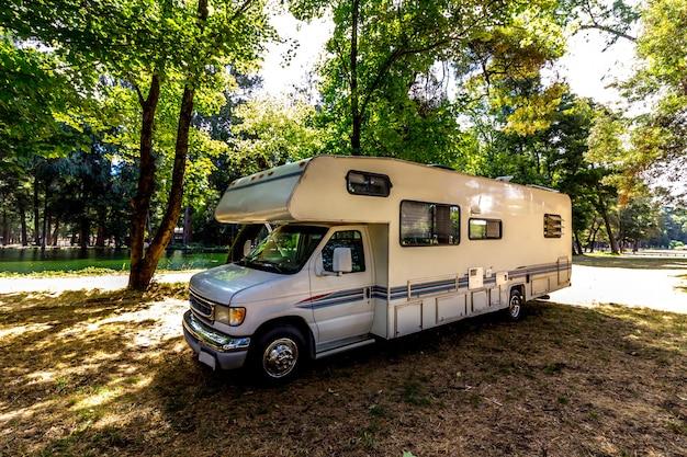 Viagem em família em motorhome na floresta ou parque no sul do chile Foto Premium