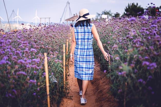 Viagem mulher com flor roxa Foto Premium