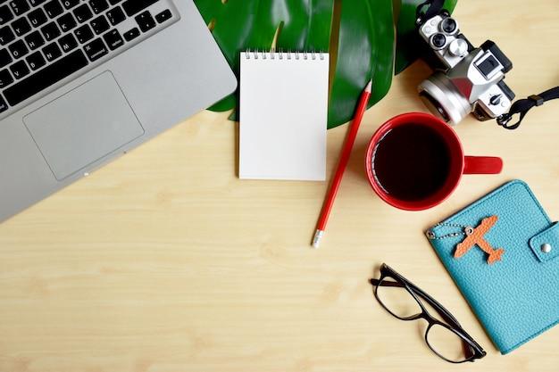Viagens blogger ou escritor espaço de trabalho, planejamento de viagem com laptop, bloco de notas em branco e câmera Foto Premium