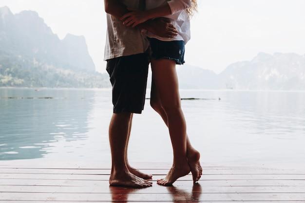 Viajando casal tendo um momento romântico Foto gratuita