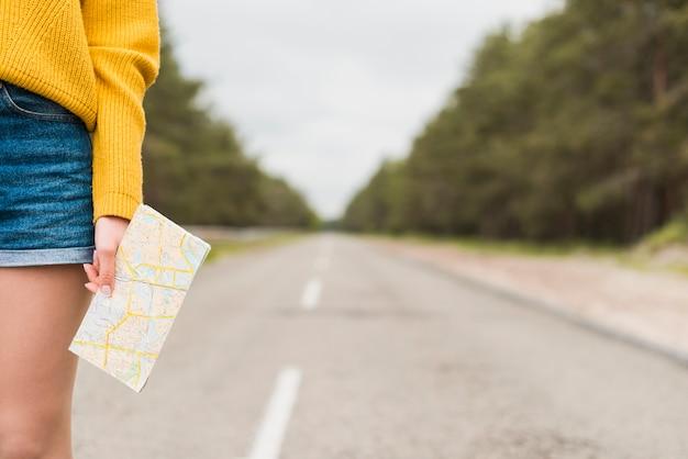 Viajante a solo na estrada com fundo desfocado Foto gratuita