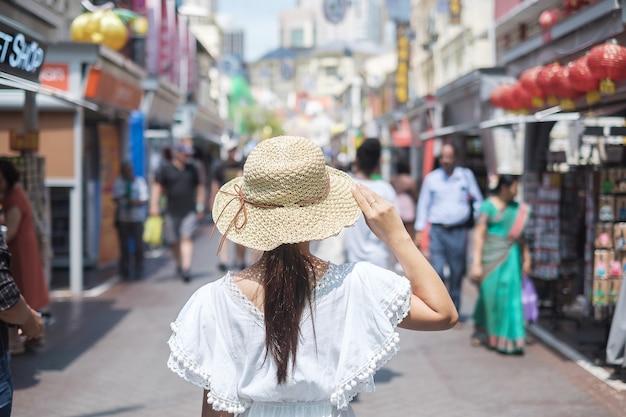 Viajante asiático que anda no mercado de rua de chinatown em singapura. Foto Premium