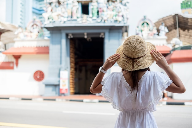 Viajante asiático que olha a sri mariamman temple no bairro chinês de singapura. Foto Premium