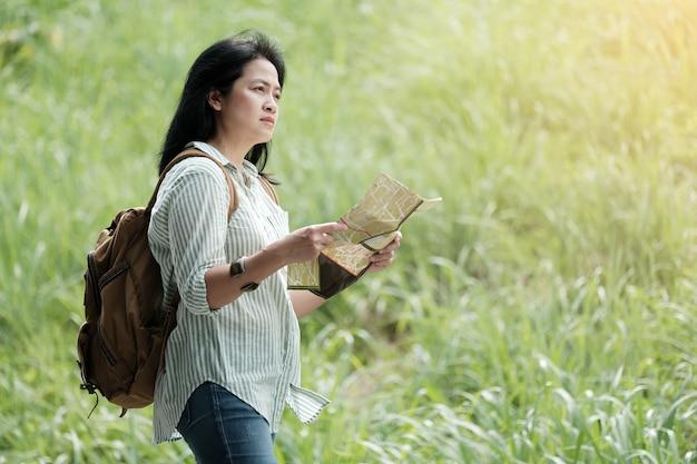 Viajante, asiático, viajante, mapa, viajando, verde, natureza, fundo Foto Premium