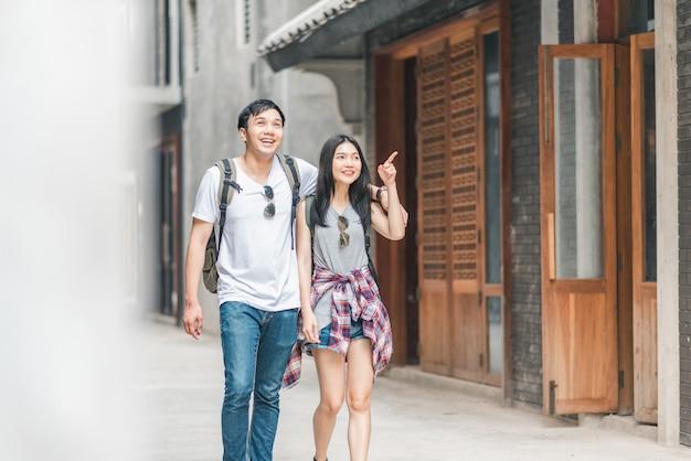 Viajante asiáticos mochileiro casal sentindo feliz viajando em pequim, china Foto gratuita